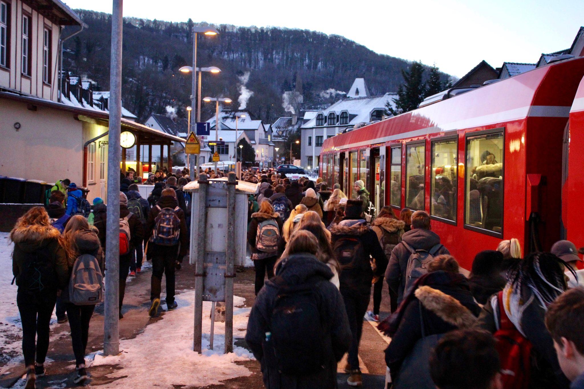 Schülerzug im Bad Münstereifeler Bahnhof